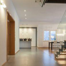 Sklenené zábradlie spraví interiér čistým a vzdušným. Očarilo už aj vás?