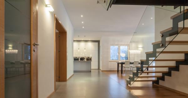 Sklenené zábradlie spraví interiér čistým a vzdušným. Očarilo už aj vás